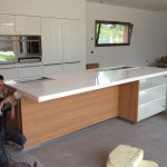 Photo de la Découpe et aménagement d'un îlot de cuisine avec rangements